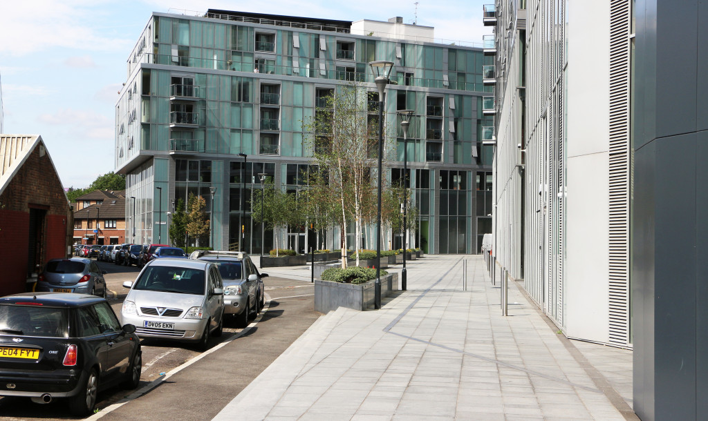 Greenwich Creekside housing has balconies and a roof terrace. But the ground level space is not a resident-friendly garden. There is commercial space at ground level and it is an 'office landscape'.
